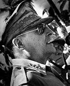 O General Douglas MacArthur usando o modelo Aviator da Ray-Ban em 1944 f21dd6481b