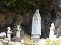 Drena, cappella della Madonna di Fatima - Statue Madonna e pastorelli.jpg