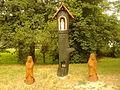 Drewniane figurki przy wieżowcu Chrobrego 27 w Toruniu.jpg