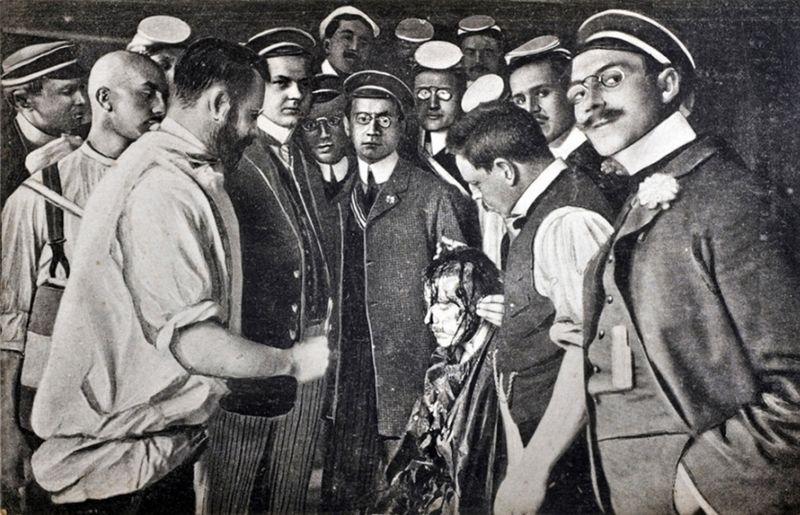 1908: Mensur Duell, Duellteilnehmer blutigem Schnitt im Gesicht