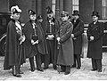 Dyplomaci na dziedzińcu polskiej ambasady w Paryżu NAC 1-E-4567.jpg