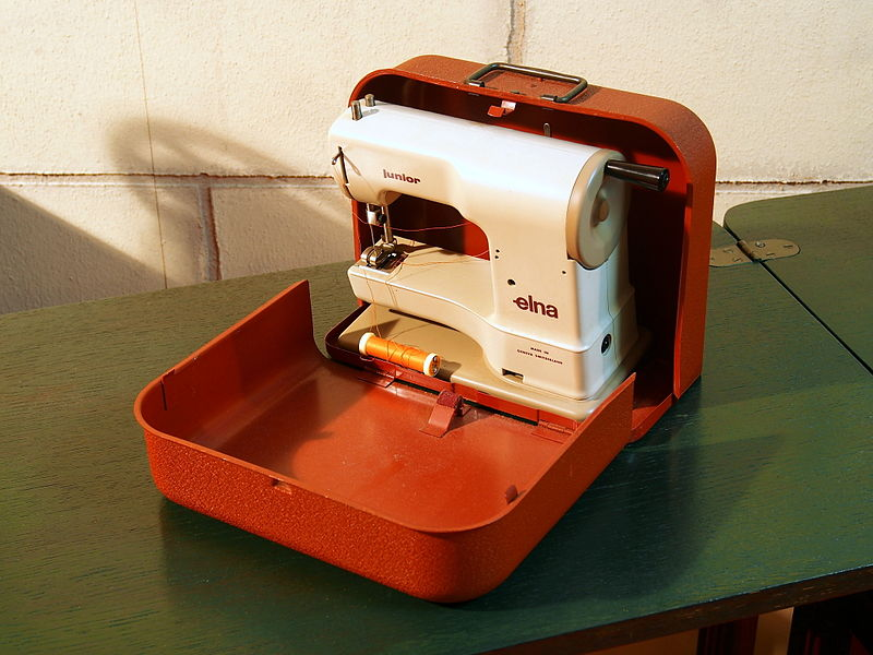 FileELNA Junior Sewing Machine Pic40JPG Wikimedia Commons Adorable Elna Junior Sewing Machine