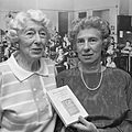 Elfriede Geiringer en Eva Schloss (1989).jpg
