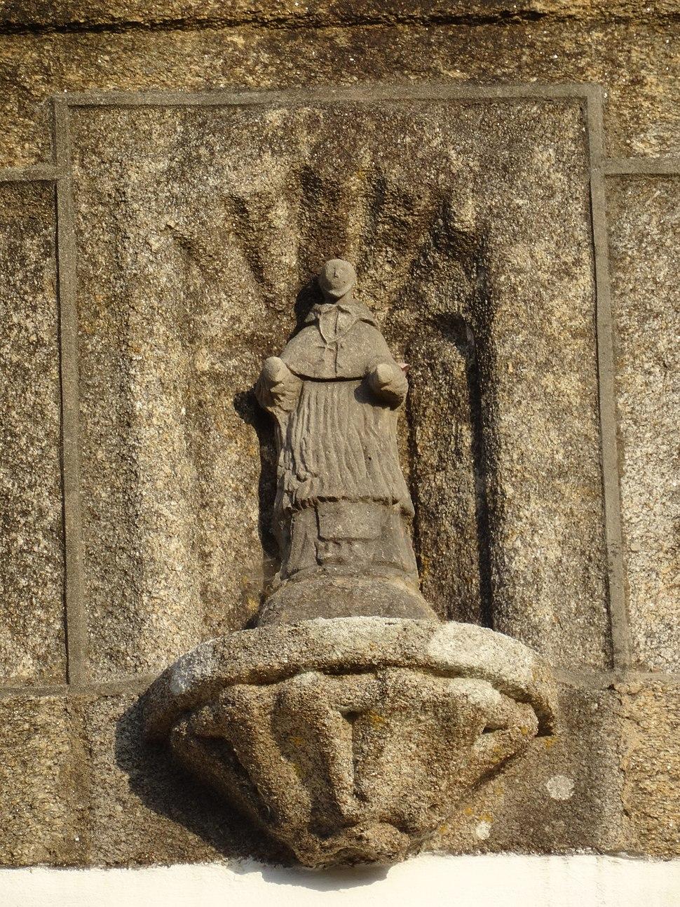 Escultura de San Xoán na fachada da igrexa do Esto, Cabana de Bergantiños