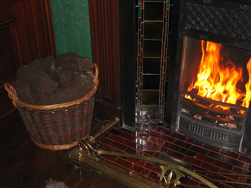 Bestand:Fireplace with Peat.JPG