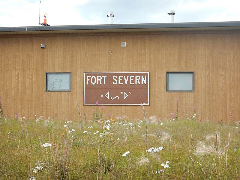 Assine em Fort Severn Airport em Inglês e Cree.  Verão de 2015