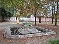 Fountain and playground in MAV Park, 2016 Dunakeszi.jpg