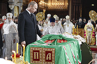 Pall (funeral) - The funeral of Patriarch Alexy II of Moscow. The patriarchal mandyas is draped over his casket as a pall.