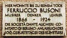 Placa lê: Hier wohnte bis zu seinem Tode, Ferruccio Busoni, Musiker, Denker, Lehrer, 1866-1924, Die Sociedade Dante Alighieri Comitado di Berlino anlässlich des 100. Geburtstages des Kunstlers