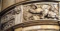 Geschichtsfries am Neuen Rathaus Hannover, schwerer Getreide-Transport mit Ochsenkarren durch einen Bauern und eine junge Maid mit Sichel aus der bäuerlichen Umgebung.jpg
