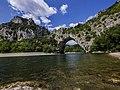 Gorges de l'Ardèche - Pont d'Arc à fleur d'eau côté Sud.jpg