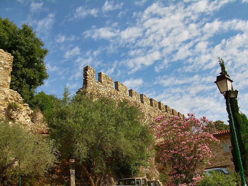 Le château de Grimaud 800px-Grimaud-village-07