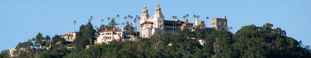 Blick von der California State Route 1 auf das Hearst Castle