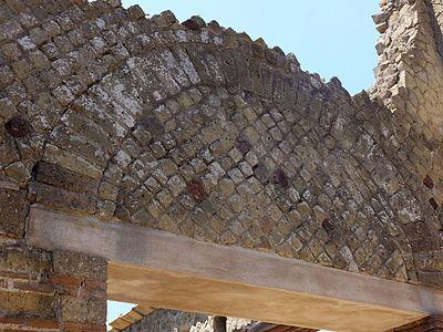 Herculaneum — Doorway Arch (14896208786).jpg