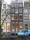 foto van Pand met gevel onder verhoogde lijst met gesneden deur uit de bouwtijd, bovenlicht en snijraamhek