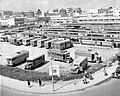 Het autobusstation van Tel Aviv met het gezicht op de perrons en de autobussen. 1948-1949.jpg