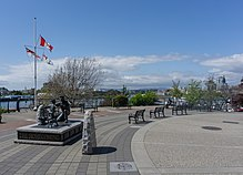 Homecoming Statue in Victoria, British Columbia, Canada 01.jpg