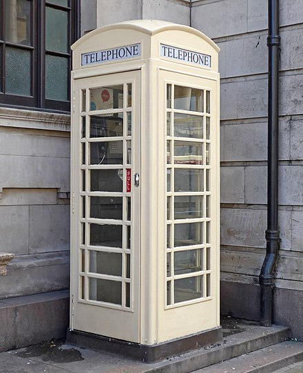 A Hull K6 telephone box Hull telephone box (27857173504).jpg