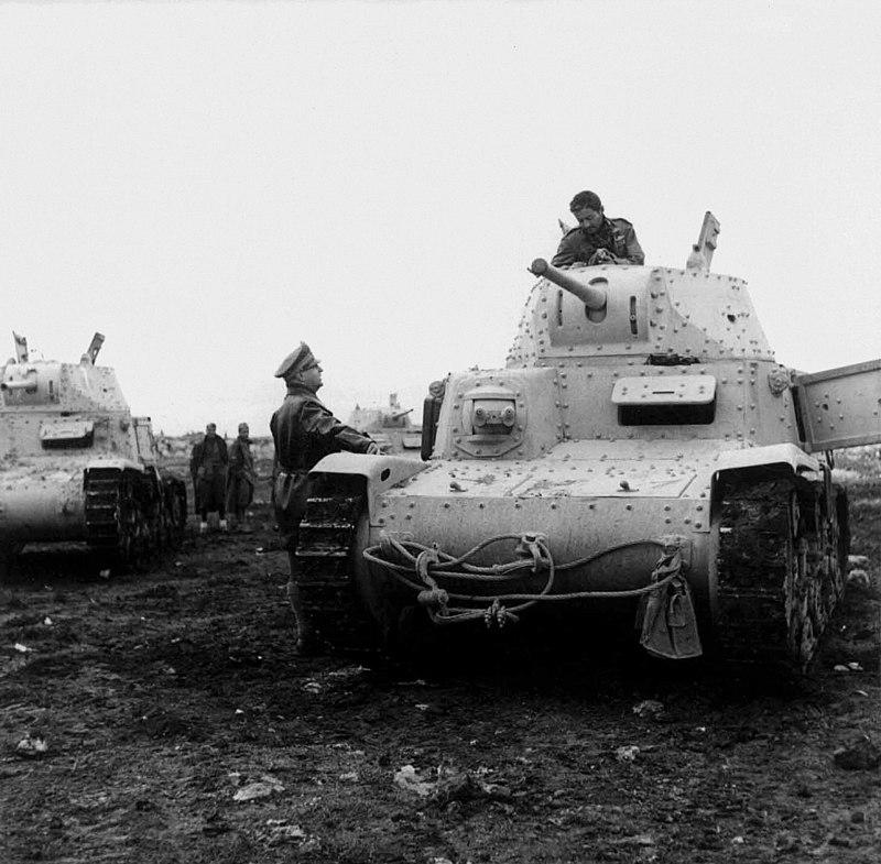 Il maggiore Alessandro Menchiori chiede notizie ad un carrista dell Ariete nell utunno inverno 1941.jpg