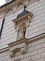 Jana Masaryka 10, východní fasáda, socha.jpg