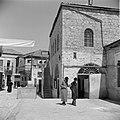 Jeruzalem. Twee discussiërende mannen voor een school in de wijk Mea Shearim. Te, Bestanddeelnr 255-0398.jpg