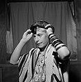 Joodse jongen met een keppeltje op en een gebedsmantel om legt de voorhoofdband , Bestanddeelnr 255-4698.jpg