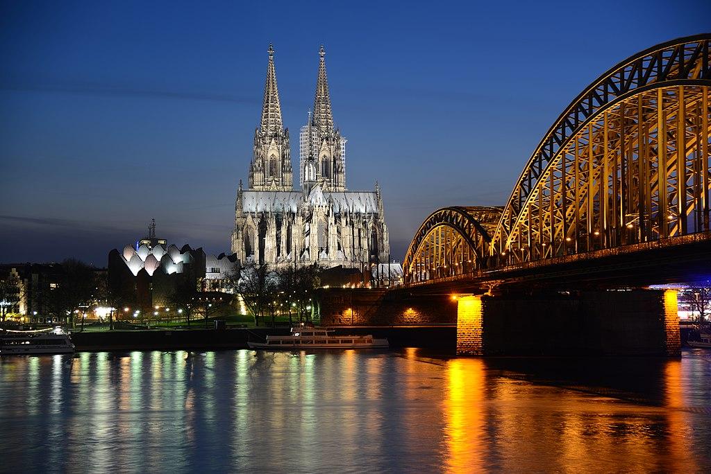 Kölner Dom am Abend vom Deutzer Ufer aus