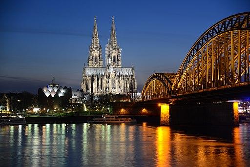 Kölner Dom bei blauer Stunde
