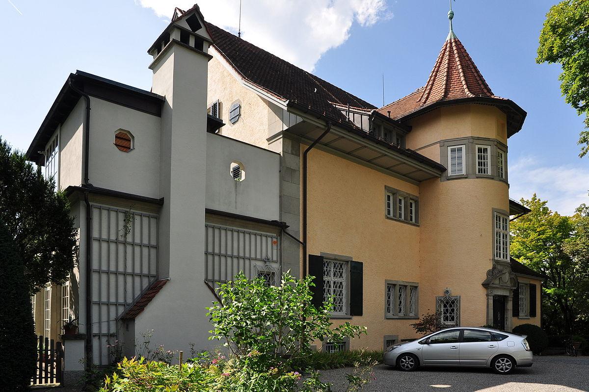 1200px-K%C3%BCsnacht_-_Wohnhaus_von_C._G._Jung%2C_Seestrasse_228_2011-08-26_15-00-52_ShiftN.jpg