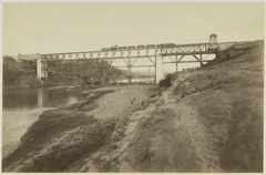 KITLV 19368 - Kassian Céphas - Train on an emergency bridge over the Kali Progo in Yogyakarta after the knock away a pillar - Around 1886.tif
