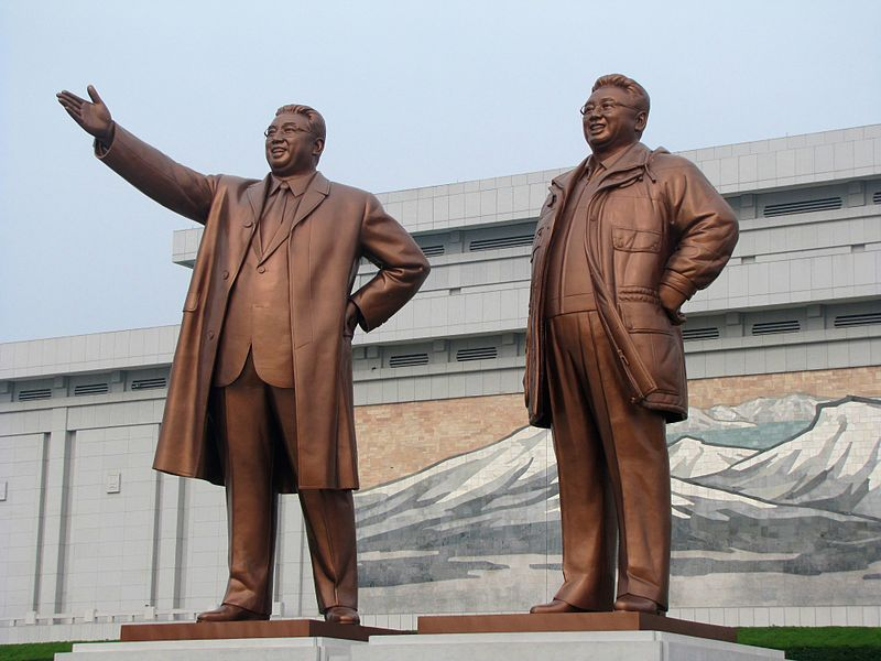 Slika:Kim Il-sung and Kim Jong-il statues from Flickr.jpg