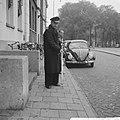 Lange stokken voor politie te Amsterdam, tegen de hondsdolheid, Bestanddeelnr 914-4110.jpg