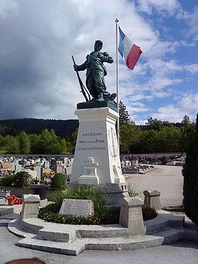 Le monument aux morts «le François», au pied duquel fut déposée la gerbe de fleurs (Situé à l'époque au parc René Nicod, il a depuis été déplacé au cimetière d'Oyonnax).