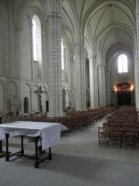 Vue vers l'occident de la nef principale de la collégiale du Puy-Notre-Dame (49).