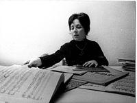 Leonora Milà mira partitures.jpg