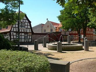 Mörfelden-Walldorf - Image: Mörfelden Brunnen und Fachwerkhäuser