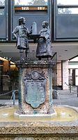 München — Hochstraße 75 (Brunnen, Frontalansicht).jpg