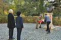 Marszałek Elżbieta Witek składa kwiaty pod pomnikiem Józefa Piłsudskiego w Budapeszcie.jpg