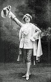 Femme élancée habillée en jeune homme en costume du 18e siècle