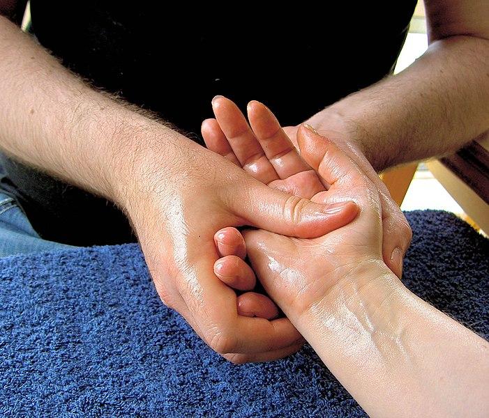 wcieranie oliwki do skóry