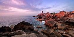 La Côte de granit rose et le phare de Ploumanac'h.