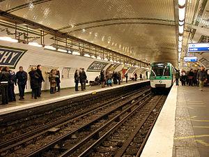Place de Clichy (Paris Métro) - Image: Metro de Paris Ligne 13 Place de Clichy 04