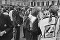 Minister De Koning (Sociale Zaken) tussen de demonstranten, Bestanddeelnr 932-6382.jpg