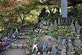 Miyajima, daisho-in, statue buddiste con cappellini e sciarpette 04.jpg