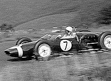 Stirling Moss guida la sua Lotus–Climax nel Gran Premio di Germania del 1961 corso al Nürburgring. Moss fu il primo a vincere con una Lotus, ma gestita dal team privato Walker, Chapman non considererà mai