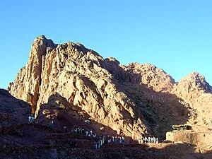 Pilgerzug und Gipfel im Hintergrund