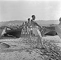Nieuw aangekomen immigranten (oliem) worden omgeschoold tot vissers. Vissers in , Bestanddeelnr 255-1585.jpg
