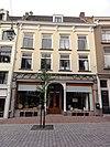 foto van Pand met twee verdiepingen en hoog zadeldak, evenwijdig aan de straat