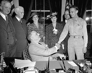George Welch (pilot) - Senator James H. Hughes (D-del.), Mrs. Hughes, Mrs. George Schwartz mother of Welch; George Schwartz his stepfather, and Lieutenant Welch, 1942.