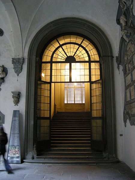 File:Palazzo medici riccardi, cortile, scalone.JPG